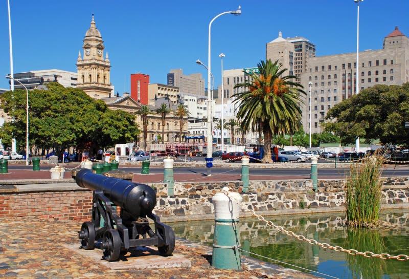 Городской пейзаж с здание муниципалитетом Кейптауна, Южной Африки стоковое фото rf