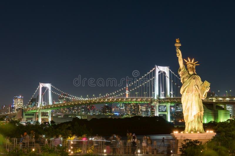 Городской пейзаж токио с мостом и статуей свободы радуги стоковая фотография rf