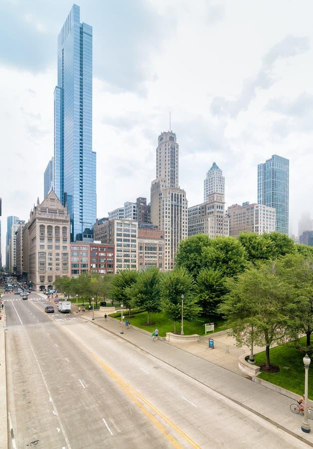 Городской пейзаж Чикаго городской от моста Nichols Bridgeway пешеходного стоковые фотографии rf