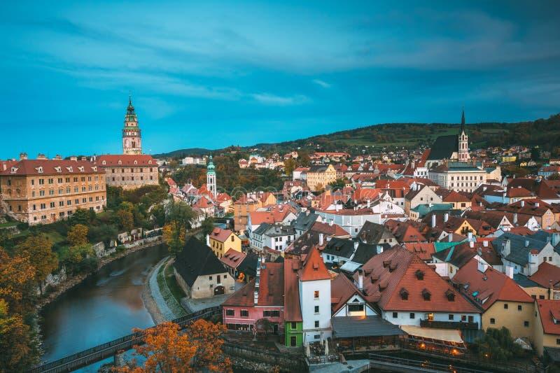 Городской пейзаж Cesky Krumlov, чехии Ноча вечера осени стоковая фотография