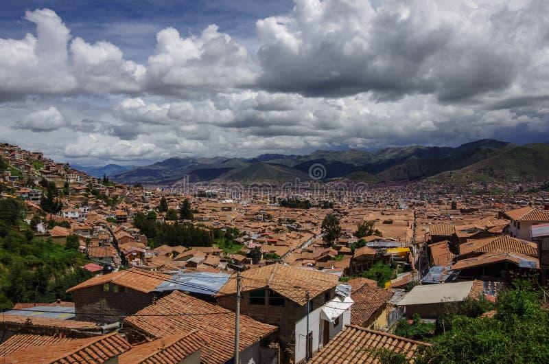 Городской пейзаж Cusco в священной долине, Перу Взгляд от fortres стоковые фото