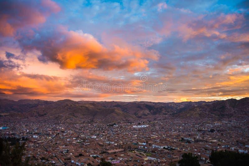 Городской пейзаж Cusco и cloudscape на сумраке, Перу стоковые изображения rf