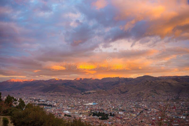 Городской пейзаж Cusco и cloudscape на сумраке, Перу стоковое изображение rf