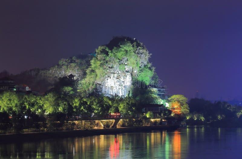 Городской пейзаж Guilin Китай ночи горы karst холма Fubo стоковое изображение rf