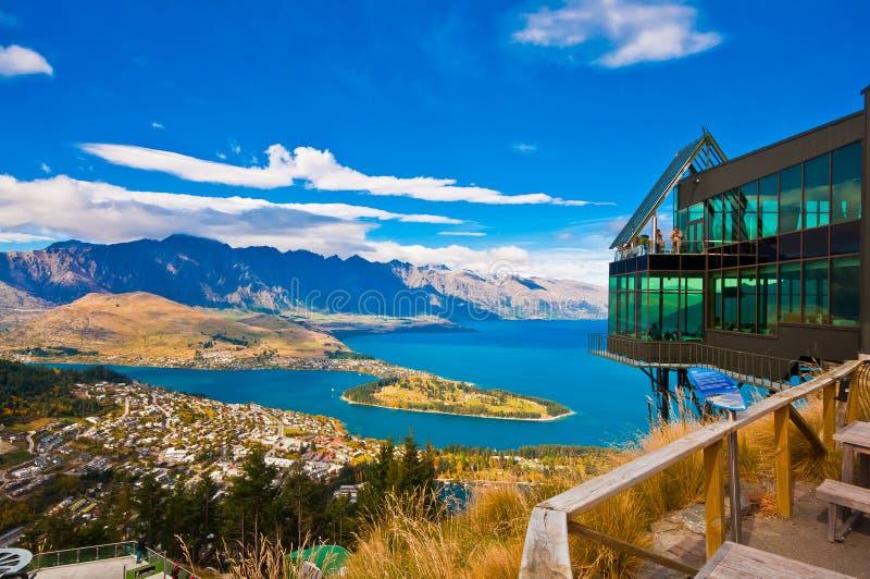 Городской пейзаж queenstown с озером Wakatip стоковое фото rf