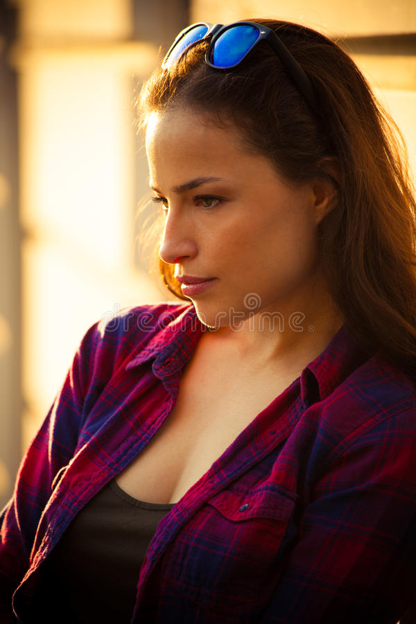 Городской портрет девушки внешний в летнем дне города стоковая фотография