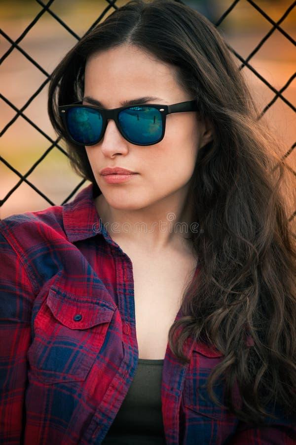 Городской портрет девушки с солнечными очками в городе стоковое изображение rf