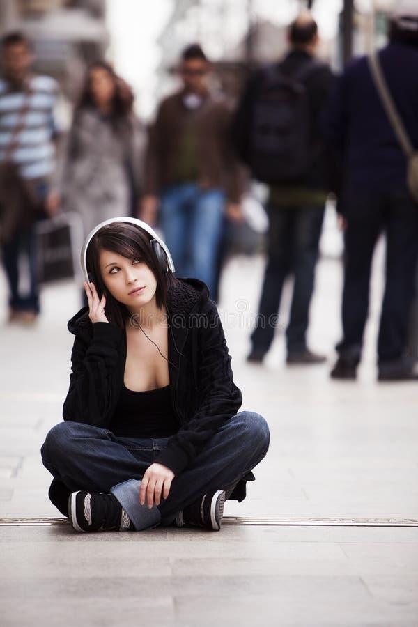 Городской портрет девушки стоковое фото