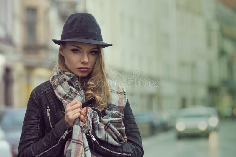 Городской портрет сногсшибательной девушки стоковое фото rf