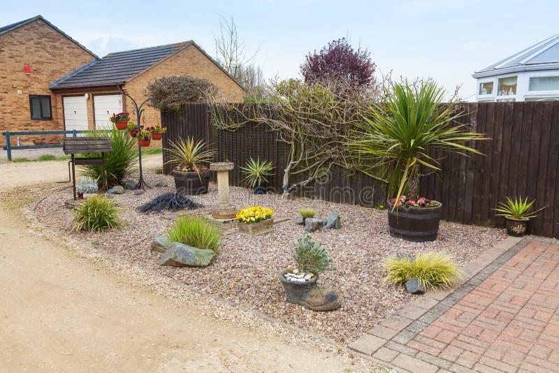 Городской сад rockery с травами и кустарниками. стоковые фото
