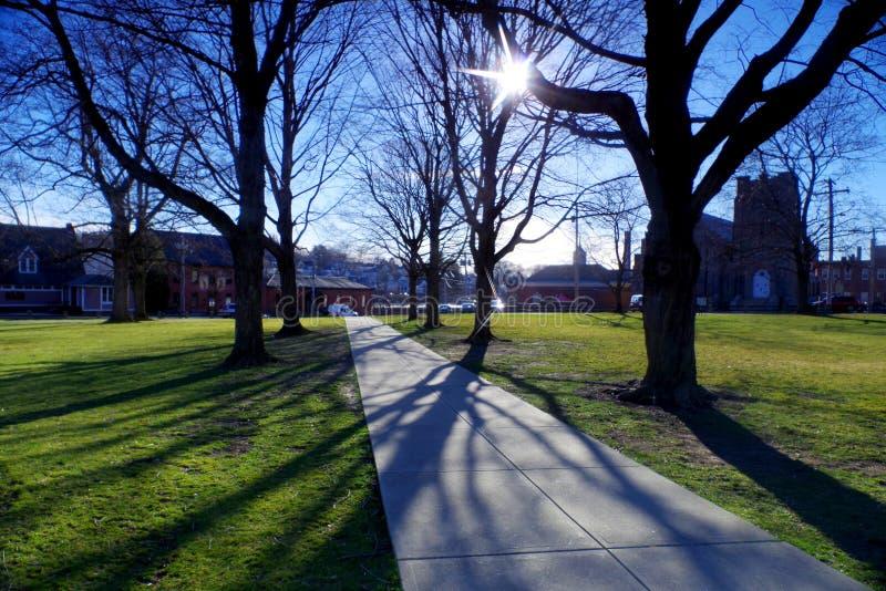 Городской центр маленького города на солнечный день стоковые изображения