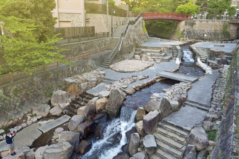 Городской центр пропуска потока горячего источника пропуская Arima Onsen в Kita-ku, Кобе, Японии стоковая фотография