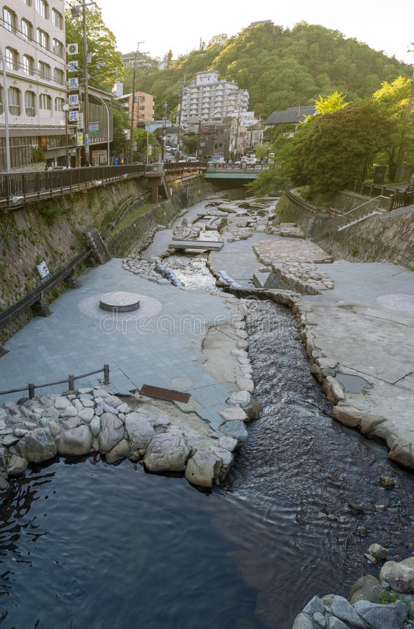 Городской центр пропуска потока горячего источника пропуская Arima Onsen в Kita-ku, Кобе, Японии стоковая фотография rf