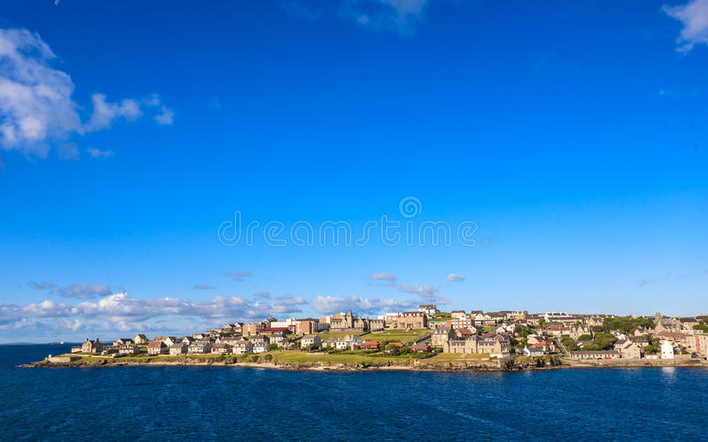Городской центр Lerwick под голубым небом стоковые изображения