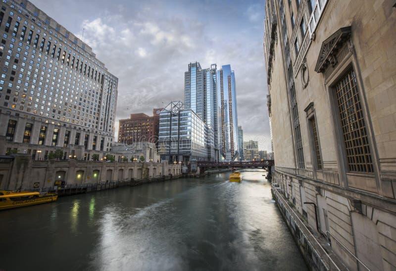 Городской Чикаго вдоль Рекы Чикаго стоковая фотография rf