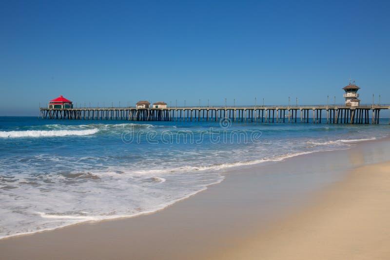 Город США прибоя пристани Huntington Beach с башней личной охраны стоковое фото