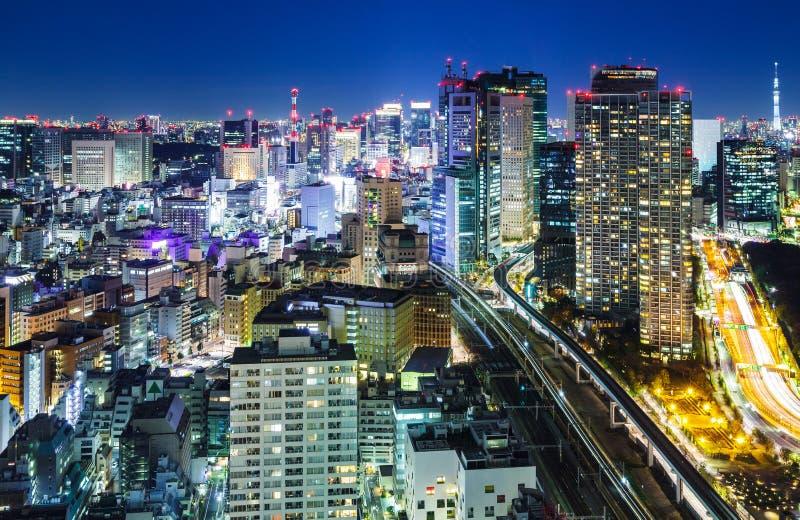 Download Город токио на ноче стоковое фото. изображение насчитывающей загорано - 33737362