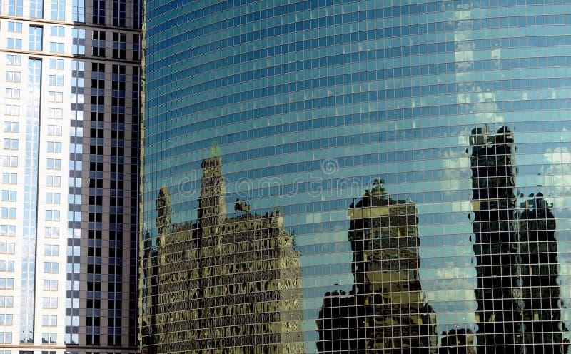 Город Чикаго, Иллинойса, современных зданий - отражения города стоковые изображения rf
