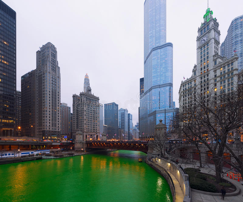Город Чикаго дня ` s St. Patrick, Green River, Иллинойс, США стоковое фото