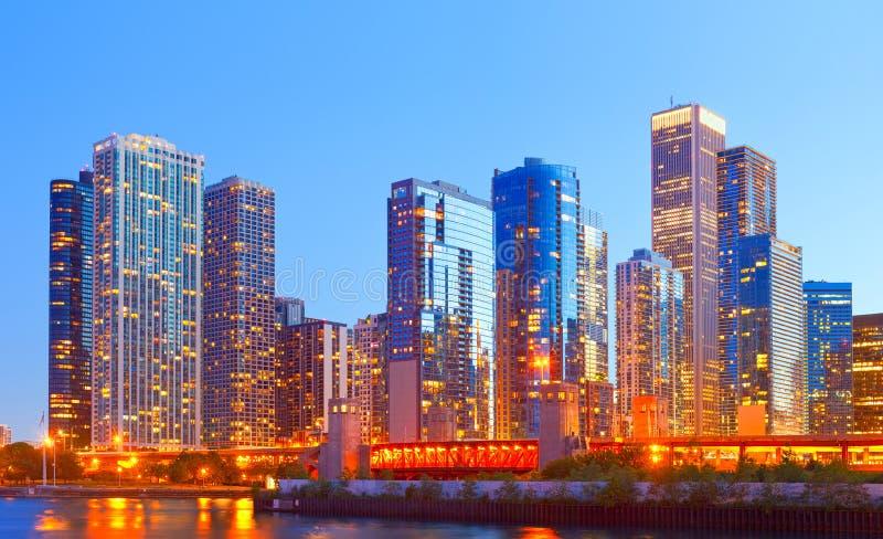 Город Чикаго США, горизонта панорамы захода солнца красочного стоковая фотография rf