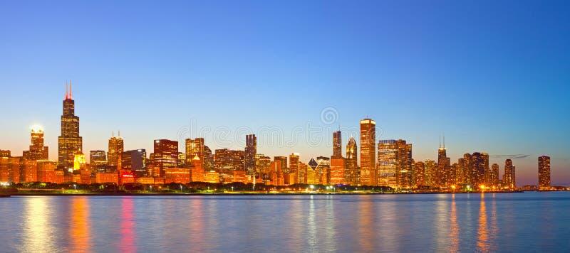 Город Чикаго США, горизонта панорамы захода солнца красочного стоковое фото rf