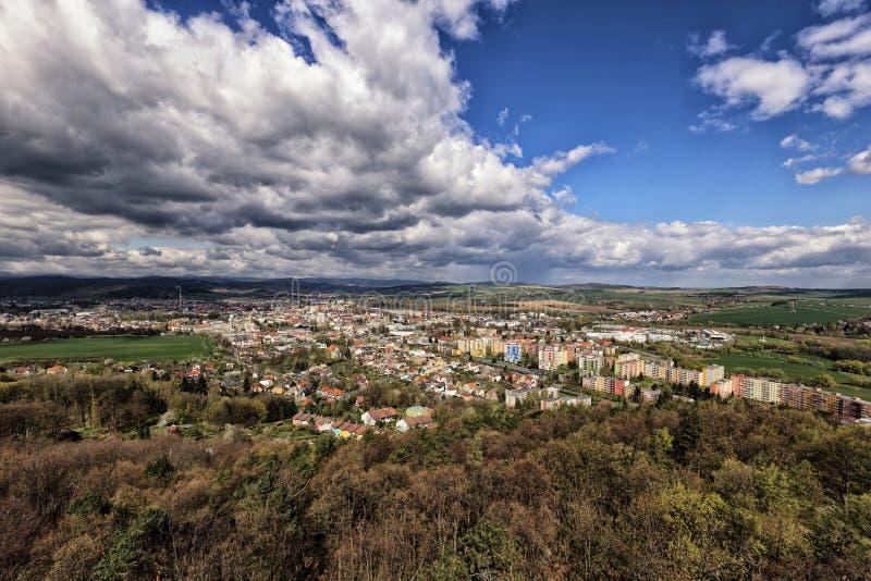 Город Krnov увиденный от верхней части под драматическим небом стоковое изображение rf