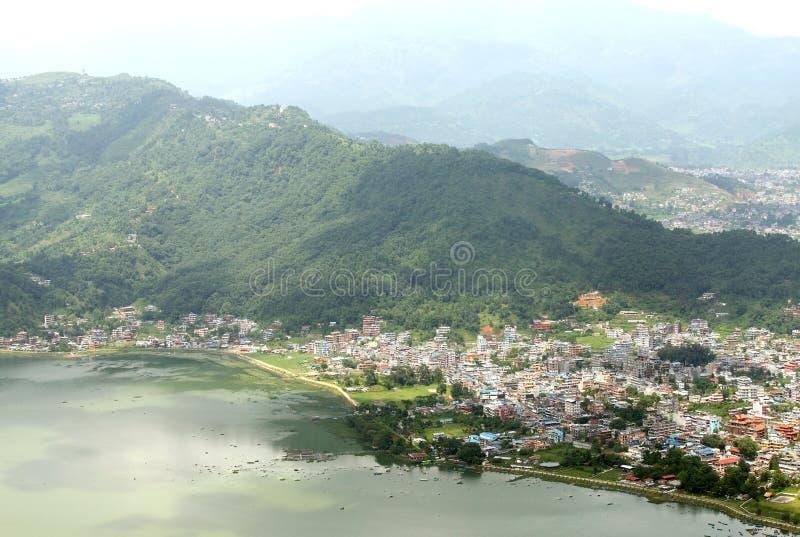 Город Pokhara около озера стоковое изображение