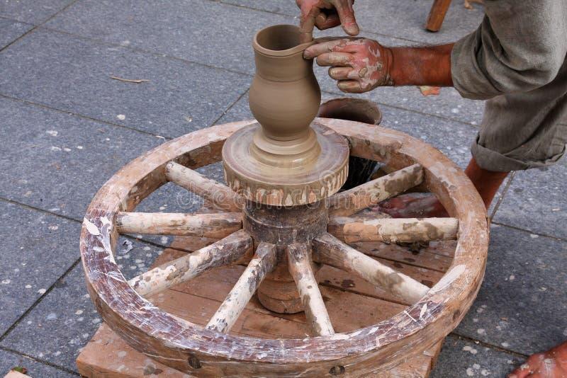 Горшечник используя традиционное колесо стоковая фотография rf