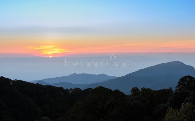 горы ландшафта над восходом солнца стоковое фото