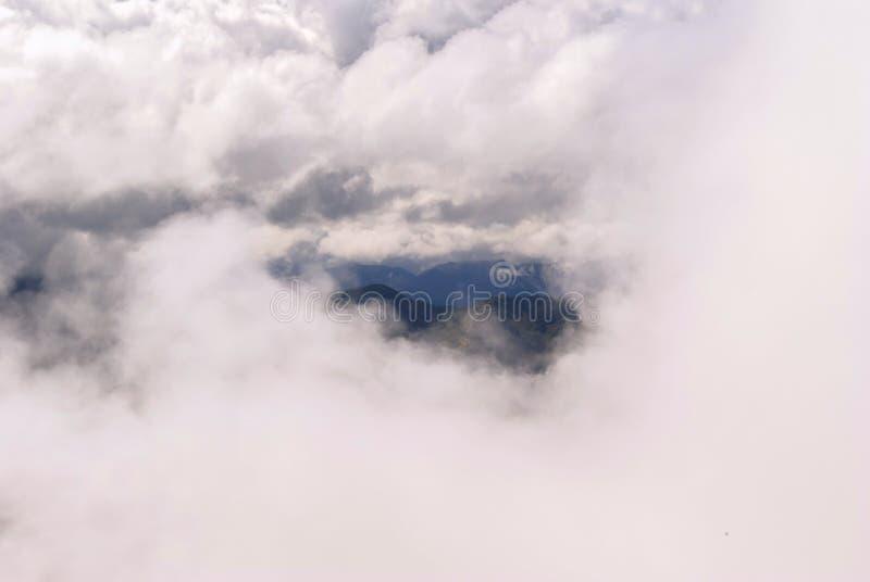 Горы видимы в облаках стоковые изображения