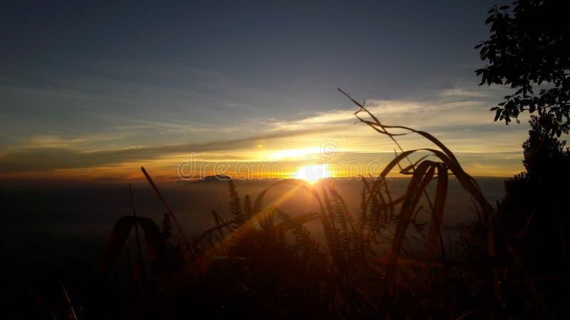 Горы восхода солнца окна в крыше стоковые изображения