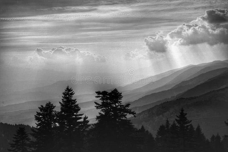 Горы вполне с облаками стоковая фотография rf