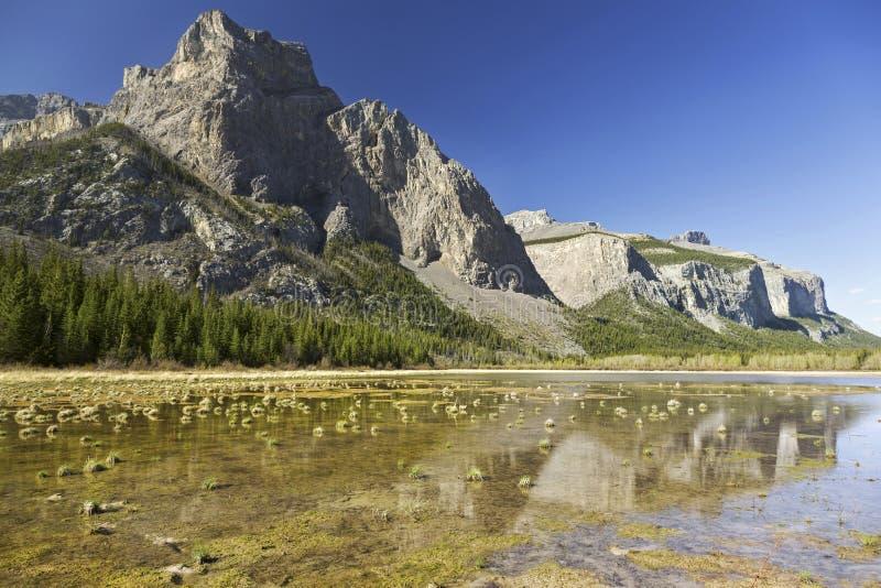 Горы второго национального парка Banff весеннего времени Альберты ландшафта озера призрак канадские скалистые стоковое фото rf