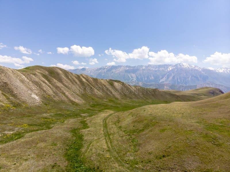 Горы в Кыргызстане пропуск страна раскрывает вне к долине Ferghana стоковое изображение