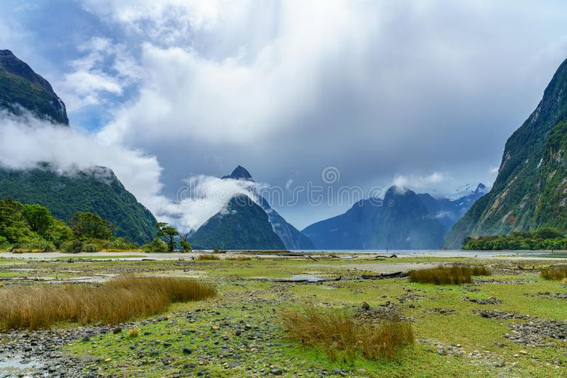 Горы в облаках, Milford Sound, fiordland, Новая Зеландия 4 стоковая фотография