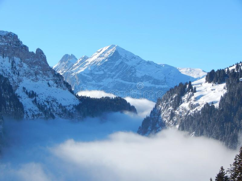 Горы в французском альп стоковые изображения