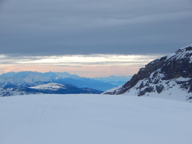 Горы в французском альп стоковое фото