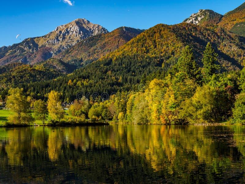 Горы в цветах осени отражая озеро стоковые фотографии rf
