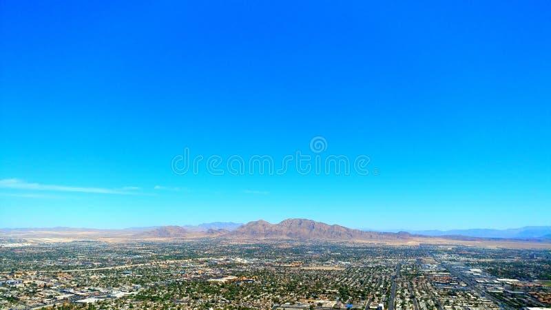 Горы, город, и пустыня стоковое изображение rf