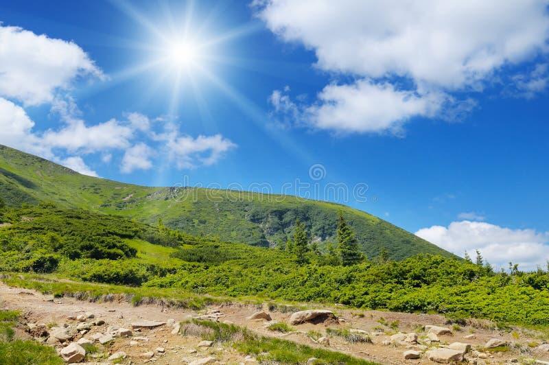 горы, голубое небо и солнце стоковые фотографии rf
