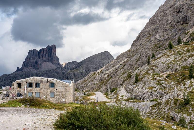 Горы доломитов, Passo Valparola, Cortina d'Ampezzo, Италия стоковое изображение