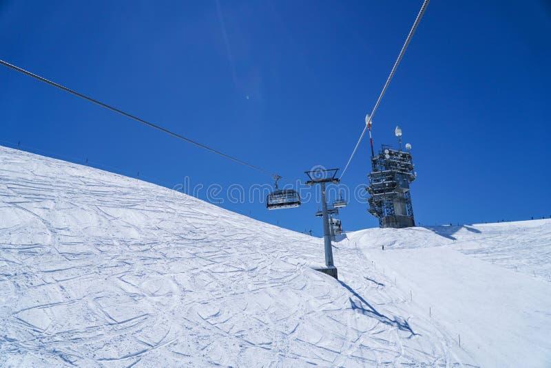 Горы жизни лыжи высокие идут снег в предпосылке голубого неба зимы стоковая фотография rf