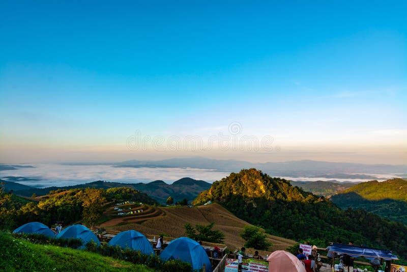 Горы захода солнца обозревая с туманом стоковые изображения