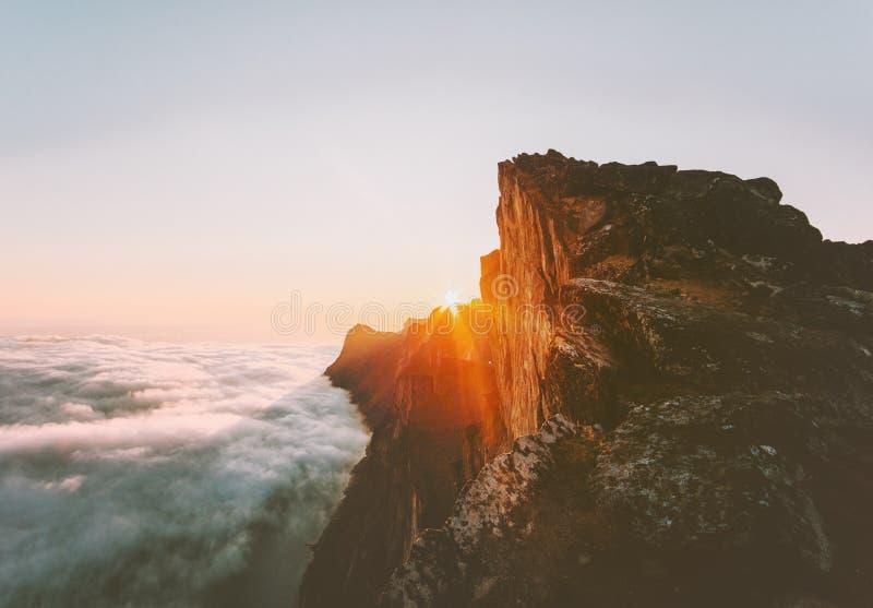Горы захода солнца скалистые над ландшафтом облаков в Норвегии стоковые фотографии rf