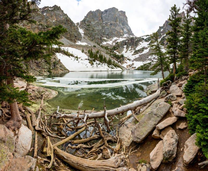 Горы зеркала в взгляде ландшафта озера панорамном стоковое изображение rf