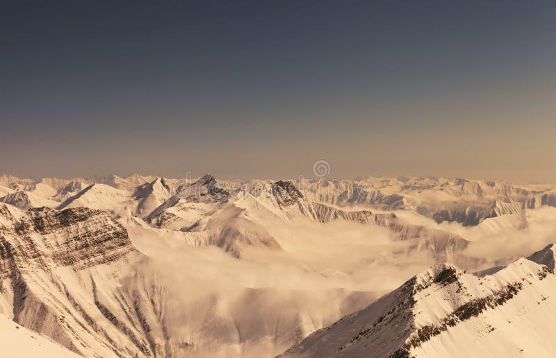 Горы зимы в винтажном влиянии стоковые фото