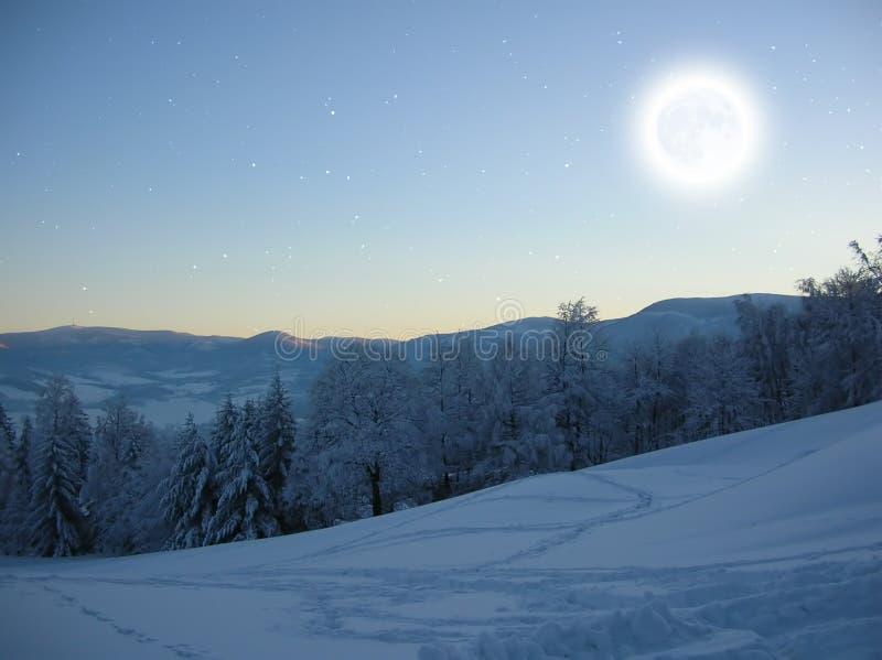 Горы зимы на ноче Лунный свет и созвездие Ориона стоковые изображения