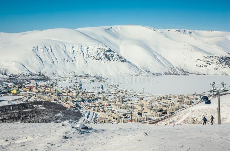 Горы зимы с замороженным озером в России, Khibiny, полуострове Kola стоковая фотография rf