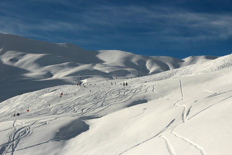 Горы зимы Snowy - французские Альпы - катание на лыжах стоковые изображения