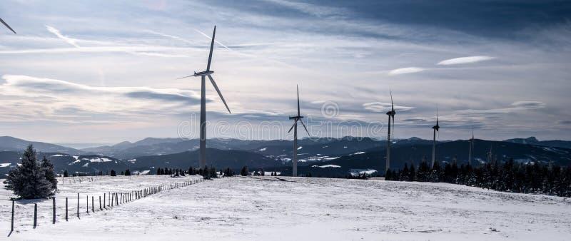 Горы зимы Windfarm n австрийские с снегом и голубое небо с облаками стоковое фото